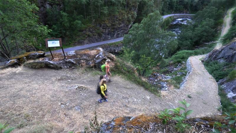 2 girls hiking Kongevegen in Norway